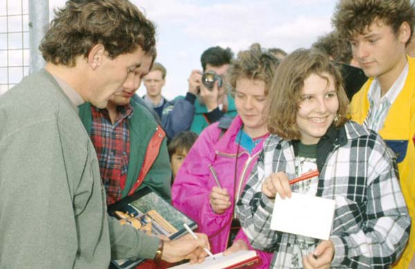 ayrton-senna-with-fans